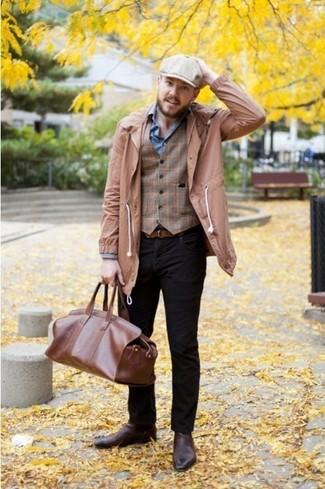 Perfecciona el look casual elegante en una gabardina marrón claro y unos vaqueros negros. Botines chelsea de cuero marrónes levantan al instante cualquier look simple.