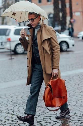 Cómo combinar: gabardina marrón, chaqueta motera de cuero negra, jersey de cuello alto gris, pantalón de vestir de lana en gris oscuro