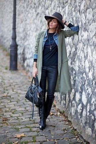 Utiliza una chaqueta vaquera celeste de mujeres de Mavi Jeans y unos vaqueros pitillo de cuero negros para cualquier sorpresa que haya en el día. Botas de caña alta de cuero negras añaden la elegancia necesaria ya que, de otra forma, es un look simple.