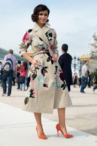 Look de Miroslava Duma: Gabardina con print de flores en beige, Zapatos de tacón de ante naranjas, Correa de cuero en beige