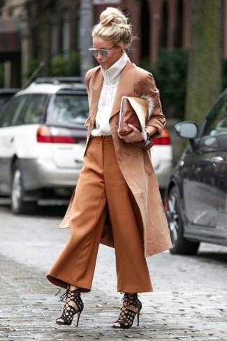 Cómo combinar: gabardina marrón claro, jersey con cremallera blanco, falda pantalón en tabaco, sandalias romanas de ante negras