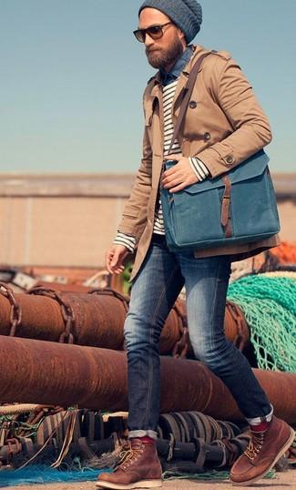 Una gabardina y unos vaqueros azul marino son una gran fórmula de vestimenta para tener en tu clóset. ¿Por qué no añadir botas de trabajo de cuero marrónes a la combinación para dar una sensación más relajada?