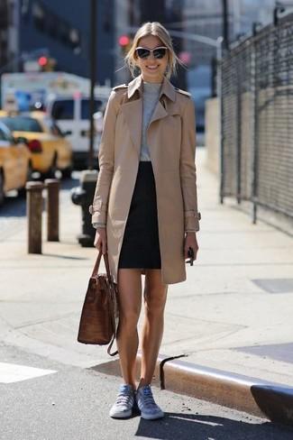 Cómo combinar: gabardina marrón claro, jersey con cuello circular gris, minifalda negra, tenis grises