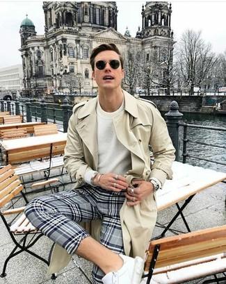 Cómo combinar: gabardina en beige, jersey con cuello circular blanco, pantalón chino de tartán gris, tenis de cuero blancos