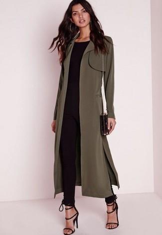 Cómo combinar: gabardina verde oliva, jersey con cuello circular negro, pantalones pitillo negros, sandalias de tacón de ante negras