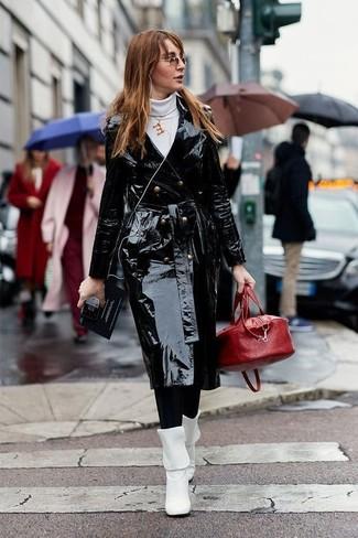 Cómo combinar: gabardina de cuero negra, jersey de cuello alto blanco, leggings negros, botas a media pierna de cuero blancas