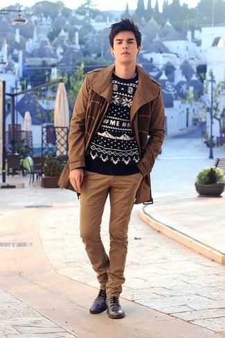 Cómo combinar: gabardina marrón, jersey con cuello circular de grecas alpinos en negro y blanco, pantalón chino marrón, zapatos derby de cuero negros