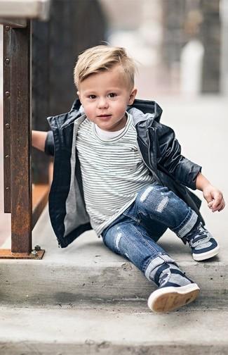 Cómo combinar: gabardina negra, camiseta de rayas horizontales en blanco y negro, vaqueros azules, zapatillas grises