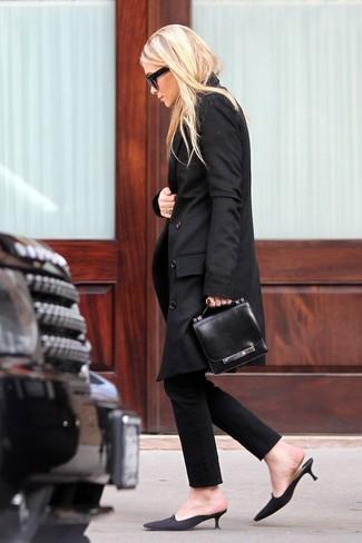 Una gabardina negra y unos pantalones pitillo negros son una combinación toda fashionista debe intentar Complementa tu atuendo con chinelas de ante negras.