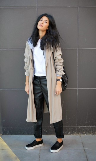 Los días ocupados exigen un atuendo simple aunque elegante, como una gabardina gris y unos pantalones de pijama de cuero negros. Mezcle diferentes estilos con zapatillas slip-on de cuero negras.