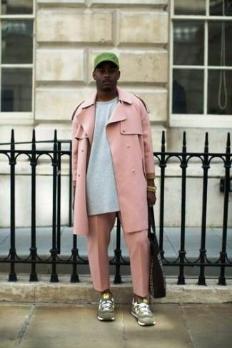 Cómo combinar: gabardina rosada, sudadera gris, pantalón chino rosado, deportivas de ante verde oliva