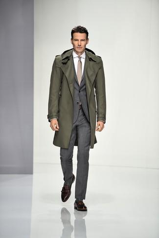 Algo tan simple como optar por una gabardina verde oliva de hombres de Paul Smith y un traje gris puede distinguirte de la multitud. Mocasín con borlas de cuero marrón oscuro contrastarán muy bien con el resto del conjunto.