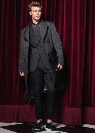 Cómo combinar: gabardina negra, traje de tres piezas negro, camisa de vestir negra, zapatos derby de cuero negros