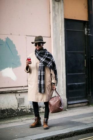 Cómo combinar: gabardina marrón claro, vaqueros pitillo negros, botas casual de ante en tabaco, bolsa de viaje de cuero marrón