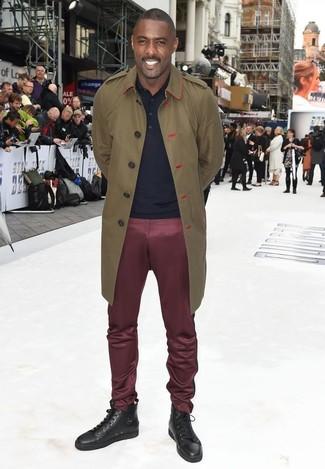 Si buscas un look en tendencia pero clásico, haz de una gabardina verde oliva de hombres de Paul Smith y un pantalón chino burdeos tu atuendo. Si no quieres vestir totalmente formal, usa un par de zapatillas altas de cuero en marrón oscuro.
