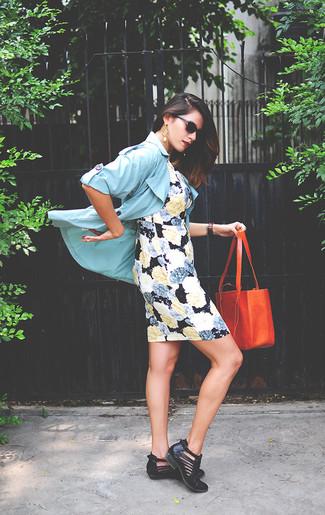 Cómo combinar: gabardina celeste, vestido ajustado con print de flores negro, botines de cuero con recorte negros, bolsa tote de cuero naranja