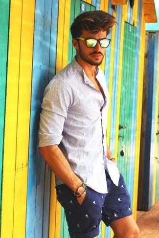 Cómo combinar: reloj de nylon de rayas horizontales en verde y rojo, gafas de sol amarillas, pantalones cortos estampados en azul marino y blanco, camisa de manga larga de rayas verticales blanca