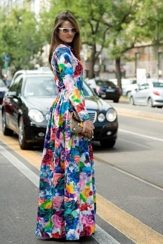 Combinar un vestido largo con print de flores en multicolor: Para un atuendo tan cómodo como tu sillón considera ponerse un vestido largo con print de flores en multicolor.