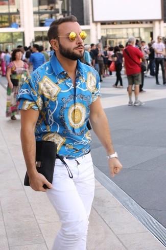 Look de moda: Reloj plateado, Gafas de sol doradas, Vaqueros blancos, Camisa de manga corta estampada azul