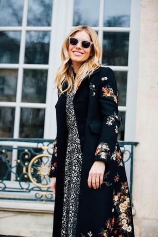 Combinar un abrigo con print de flores negro: Utiliza un abrigo con print de flores negro y un vestido midi con print de flores en negro y blanco para cualquier sorpresa que haya en el día.