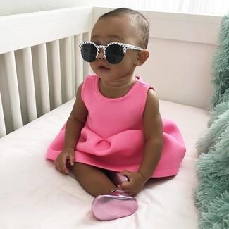 Cómo combinar: gafas de sol en blanco y negro, bailarinas rosa, vestido rosa