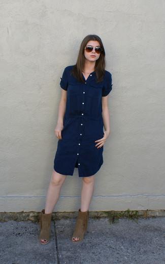 Combinar unos botines de ante сon flecos en tabaco: Ponte una vestido camisa azul marino para crear una apariencia elegante y glamurosa. Complementa tu atuendo con botines de ante сon flecos en tabaco.