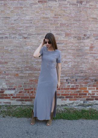 Combinar unos botines de ante сon flecos en tabaco: Ponte un vestido largo gris para lidiar sin esfuerzo con lo que sea que te traiga el día. Botines de ante сon flecos en tabaco son una opción perfecta para complementar tu atuendo.