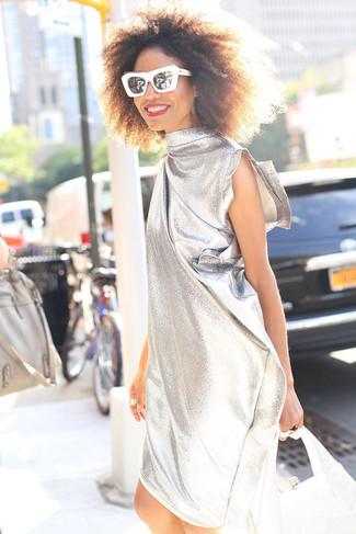 Cómo combinar: gafas de sol en negro y blanco, cartera de cuero plateada, vestido recto plateado