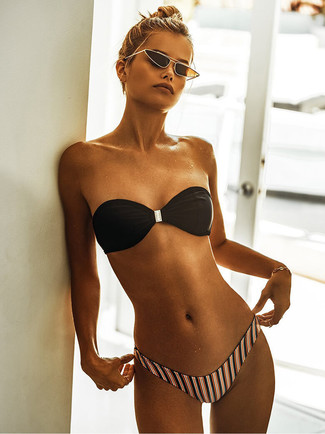 Cómo combinar: pulsera dorada, gafas de sol en negro y dorado, braguitas de bikini de rayas verticales en multicolor, top de bikini negro