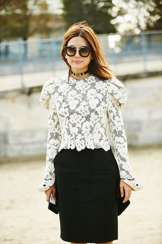 Cómo combinar: gafas de sol en negro y dorado, falda lápiz negra, blusa de manga larga de encaje blanca