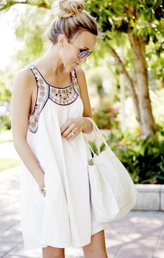 Combinar unas gafas de sol grises: Usa un vestido amplio bordado blanco y unas gafas de sol grises para un look agradable de fin de semana.
