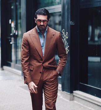 Cómo combinar: gafas de sol marrónes, camisa de manga larga celeste, traje marrón