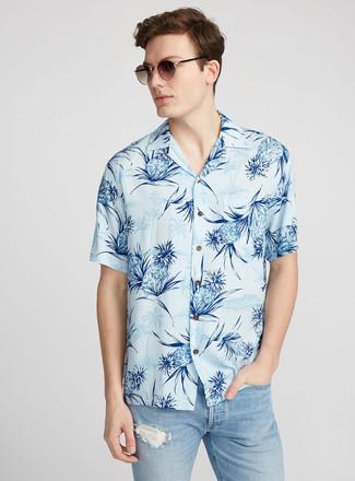 Cómo combinar: gafas de sol marrónes, vaqueros desgastados celestes, camisa de manga corta estampada celeste