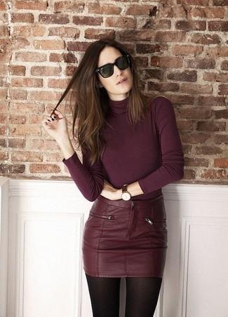 Cómo combinar: reloj de cuero en marrón oscuro, gafas de sol verde oscuro, minifalda de cuero burdeos, jersey de cuello alto burdeos
