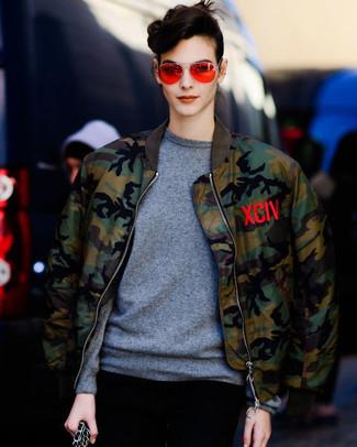 Cómo combinar: gafas de sol naranjas, jersey con cuello circular gris, cazadora de aviador de camuflaje verde oliva