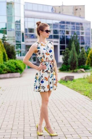 Cómo combinar: collar de perlas blanco, gafas de sol negras, bailarinas de cuero amarillas, vestido skater con print de flores blanco