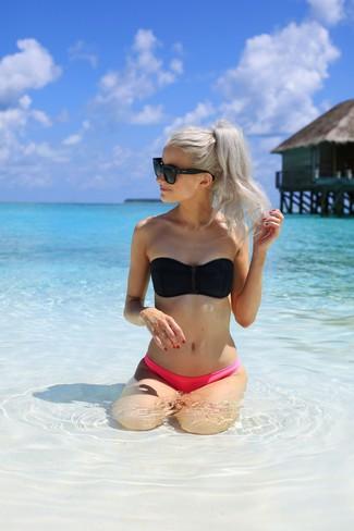 Cómo combinar: gafas de sol negras, braguitas de bikini rosa, top de bikini negro