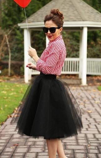 Cómo combinar: gafas de sol negras, falda campana de tul negra, camisa de vestir de cuadro vichy roja