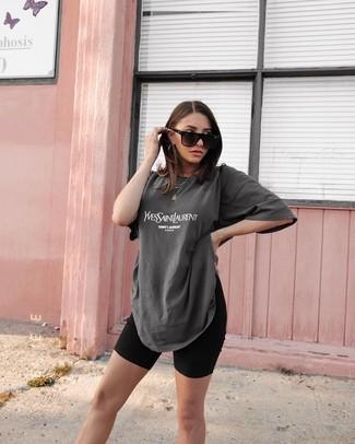 Cómo combinar: gafas de sol negras, mallas ciclistas negras, camiseta con cuello circular estampada en gris oscuro