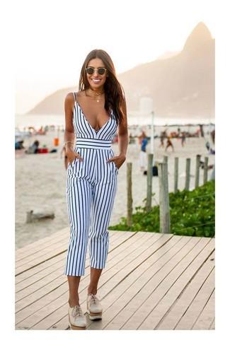 Cómo combinar: gafas de sol negras, mocasín con plataforma de cuero en beige, mono de rayas verticales en blanco y azul marino