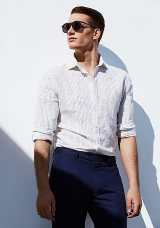 cb608c14fc Look de moda: Gafas de sol negras, Pantalón chino azul marino, Camisa de  vestir a lunares blanca   Moda para Hombres   Lookastic México