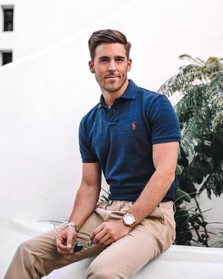 Cómo combinar: reloj de cuero marrón, gafas de sol negras, pantalón chino marrón claro, camisa polo azul marino