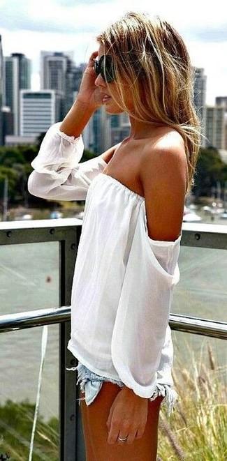 Cómo combinar: anillo plateado, gafas de sol negras, pantalones cortos vaqueros desgastados celestes, top con hombros descubiertos blanco