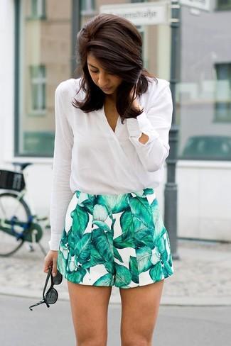 41337685d5 Look de moda: Gafas de sol negras, Pantalones cortos estampados en blanco y  verde, Blusa de manga larga blanca | Moda para Mujeres | Lookastic México