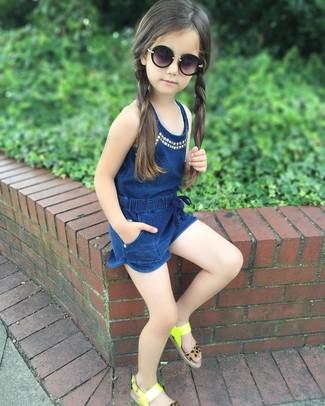 Cómo combinar: gafas de sol negras, sandalias en amarillo verdoso, mono corto azul marino