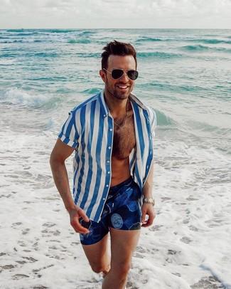 Cómo combinar: gafas de sol negras, shorts de baño estampados azul marino, camisa de manga corta de rayas verticales en blanco y azul