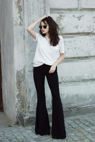 Cómo combinar: gafas de sol negras, vaqueros de campana negros, camiseta con cuello circular blanca