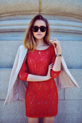 Cómo combinar: pulsera dorada, gafas de sol negras, vestido ajustado de encaje rojo, blazer en beige
