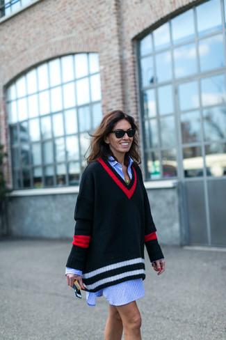 Cómo combinar: gafas de sol negras, vestido jersey con estampado geométrico negro, vestido camisa de rayas verticales celeste