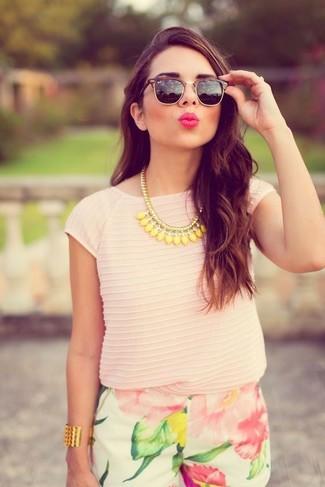 Cómo combinar: collar amarillo, gafas de sol negras, pantalones cortos con print de flores blancos, camiseta con cuello circular rosada